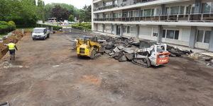 En fonction du type d'asphalte coulé (le type et la quantité de gravier) l'asphalte coulé à une densité de 2,3 à 2,5 ton/m³. Dans le cas d'un revêtement ou couche d'usure en 3 cm d'épaisseur, ceci résulte en un poids de +/- 75 kg/